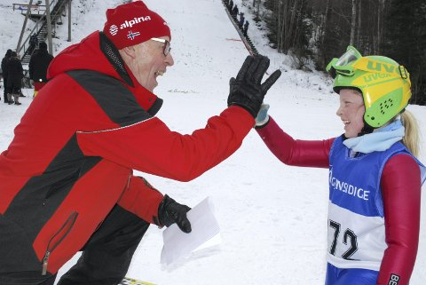 HIGH FIVE: Her viser en tydelig fornøyd rennleder, Alfred Strøm fra Røykenhopp at Frida Berger har gjort en utmerket innsats i bakken. FOTO. GEIR JOHANNESSEN