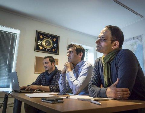 JURYMØTE: Sharokh Heidari (f.v.) , Sylo Taraku og Fadi Abou Hassan velger og vraker karikaturer. FOTO: RUNE FOLKEDAL