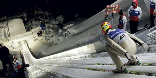 INGEN VEI TILBAKE:  Her er det stille før stormen. Vi skriver 11. februar 2011, og Johan Remen Evensen er i ferd med å sette verdensrekord i Vikersund. FOTO: NTB SCANPIX