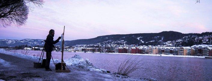 Med himmelen som ateliertak: Ute i vær og vind med naturlig dagslys, maler Harald Lyches sine bilder. Foto: Frederik Ringnes