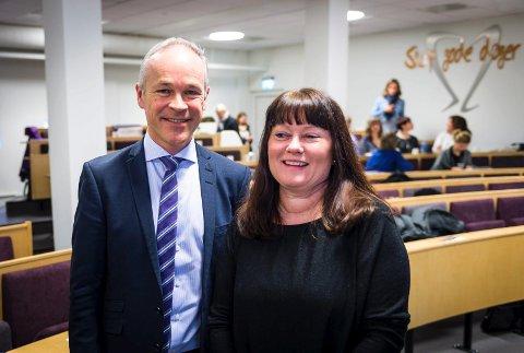 GOD START PÅ UKEN: Statsråd Jan Tore Sanner var imponert etter å ha hørt prosjektleder Lisbeth Bakken fortelle hva Drammen har fått til. Selv om prosjektet er ferdig, fortsetter arbeidet med å skape en heltidskultur i pleie- og omsorgsetaten.