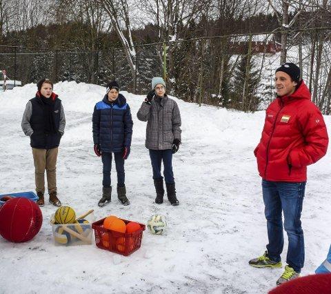 LEDERE: Prosjektleder Lage Sofienlund (t.h.) har med seg Jørgen Jenssen (13) (f.v.), Erik Stavås Skistad (13) og Eivind Taang Larsen (13).