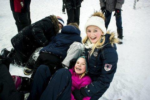 GIR ALT: Under guttene til venstre ligger ballen. Lisa Leirvik (12) (t.h.) og Guro Myhren (12) syns det var gøy å prøve rugby.