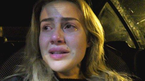 GRÅT: Anniken Englund Jørgensen lar tårene strømme fritt på kveldens episode av «Bloggerne» på TV2.