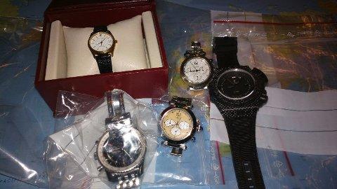 Dette er noen av klokkene som ble funnet hjemme hos Klokkemannen ifølge politiet.