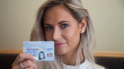 – BEKYMRET: Med et sperret bankkort med et bilde hun mener ikke lenger ligner, oppdaget Helene at det var enkelt å ta ut penger i kontanter med bare et pennestrøk.