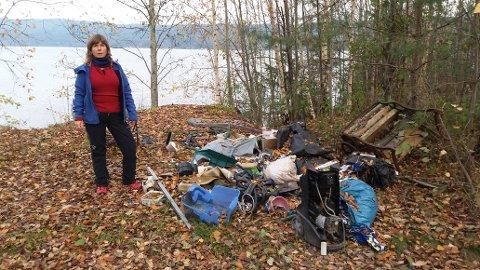 Gro Nebell Aronsen fra MDG med noe av plastavfallet de fant langs Drammesfjorden.