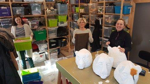 FRIVILLIG TEATERARBEID: Frivillige foreldre syr og lager kostymer for Drammen Barne- og ungdomsteater.