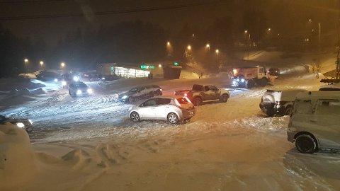 VENTER KAOS: I helgen blir det svært utfordrende kjøreforhold, ifølge meteorologen. Dette bildet er fra Stensethbakken i mars.