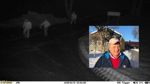 Bildet fra Jens Petter Blichfeldts overvåkningskamera viser tre menn som kommer inn på tunet klokken 03.04 natt til mandag.