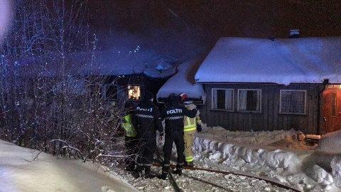 Brannmannskaper og politi på stedet.