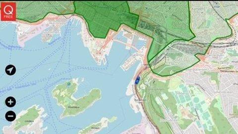 PÅ TRYGG GRUNN: Den blå bilen på bildet et på vei inn i en grønn sone. Grønn sone kan indikere et område hvor man ønsker lave utslipp. Bilen er foreløpig i en sone uten restriksjoner. Foto: (ILLUSTRASJON: Q-Free)