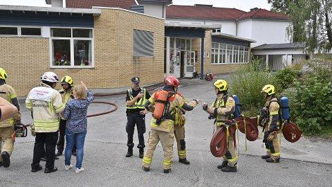 SKOLEBRANN: Brannvesenet jobber for å få slukket brannen på skolen.