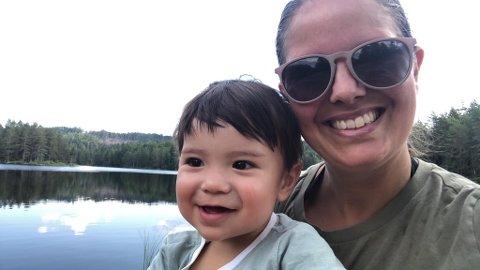 SOMMER ELLER HØST: Hannah Walle Hunter (38) og sønnen Liam Connor Hunter (1) fikk seg et uventet syn ved Slemmestad Geologisenter.
