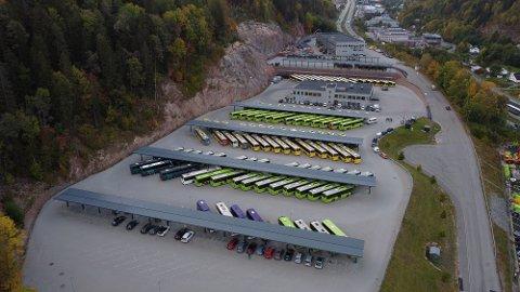 I STREIK: Disse bussene skulle egentlig vært på veiene, men står nå parkert i Kobbervikdalen som følge av streiken.