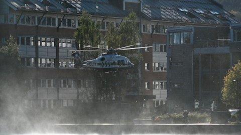 Politihelikopteret vvrivlet opp støv på bakken da det landet i Drammen tirsdag.