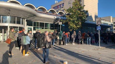 LANGE KØER: Buss for tog-køene sto nesten like stille som de innstilte togene på Drammen stasjon torsdag ettermiddag.
