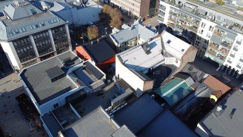 TAKTERRASSEN: Det er fra denne takterrassen med grønt overtelt i Engene at støyklagene er rettet mot.