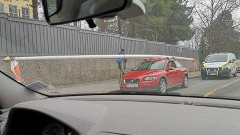 STOPP EN HAL: Sjåføren kom ikke lengre da politiet hadde fått nyss om lasten hans.