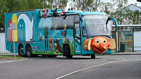 RULLER INN: Her svinger den blå Superbussen inn mot Fjell skole, og på høyttalerne spiller de Blime-sangen for hele nabolaget.