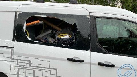 INNBRUDD: Slik så firmabilen ut mandag morgen, etter innbrudd i løpet av natta i Brøttet.
