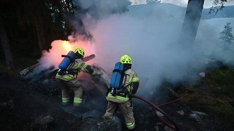 Brannmannskapene kjempet mot flammene i Seilerhytteveien i Svelvik mandag kveld.