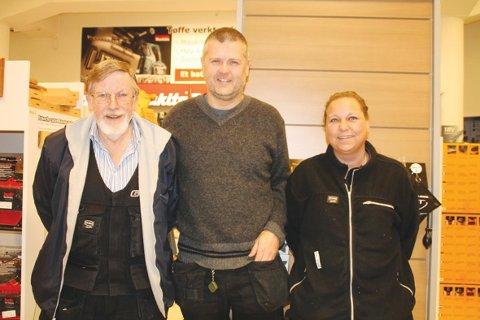Strekker seg langt: Daglig leder av Gustavsen AS, Trond Gustavsen (i midten) roser stå-på-viljen til Jostein Stenseth og Lisbeth Marcussen.