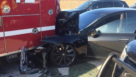 Denne uken ble brannvesenet i Culver City, Los Angeles vitne til en stygg ulykke. En Tesla Model S som ifølge føreren hadde autopilot aktivert, braste inn i brannbilen deres i over 100 km/t. Foto: Culver City Firefighters