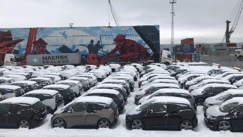 NY BIL TIL JUL: Her står BMW i3-er på rekke og rad på havna i Drammen. Nylig kom den største båtlasten med i3-er noen gang til Norge. Ombord var det 572 BMW i3!