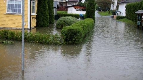 SEPTEMBER 2015: Store vannmengder i A.J. Horgens vei i Krokstadelva.