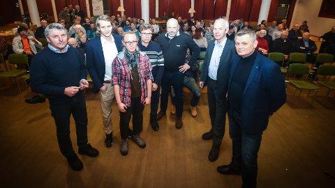 FOLKEMØTE FOR 100:  I panelet Knut Kvale (f.v.), Niclas Tokerud, Kaia Klunderud, Geir Wamstad, Ole Sunnset, møteleder Per Olaf Lundteigen og Kjell Grønbeck.
