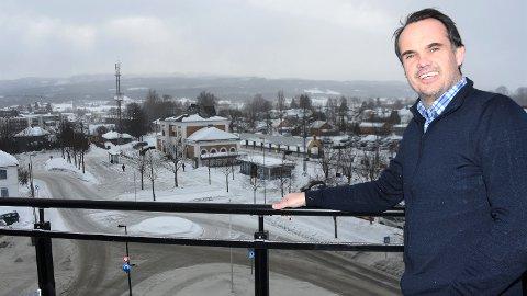 PÅ HOKKSUNDS TAK: – Sjekk den utsikten, utbryter eiendomsmegler Ronny Abeltun. Han unnlater heller ikke å nevne at balkongene er sørvendte, som her i loftsetasjen.