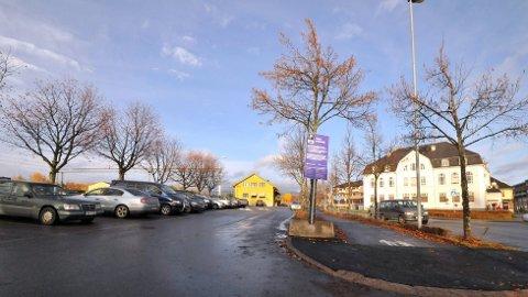 IKKE GRATIS: Fra 1. mars må du betale hvis du skal parkere ved Hokksund stasjon.
