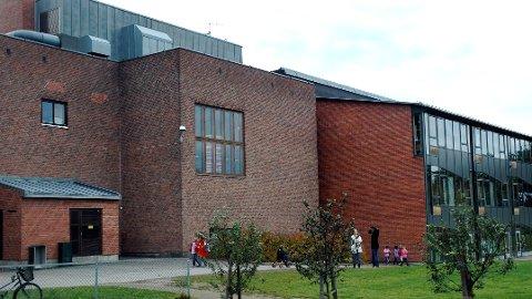 SKOLEN: Hokksund barneskole, eller Hokksund brakkeskole som skribenten omtaler den som.