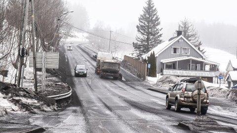 NØDREPARASJON: Tidligere i uka ble asfaltenved Knivedalen R35 frest og lappet på. Nå venter det mer utbedring utover våren. FOTO: STIG ODENRUD