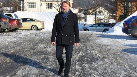 VANDREREN: Plansjef Anders Stenhorne inviterer folk som er interessert i Hokksunds framtid til å slå følge med ham på byvandring onsdag 14. mars.