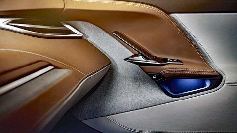 Det er lite å si på finish, design og materialkvalitet. Legg også merke til mobiltelefonen som lades i dørhåndtaket. Da glemmer du den neppe når du går ut av bilen.