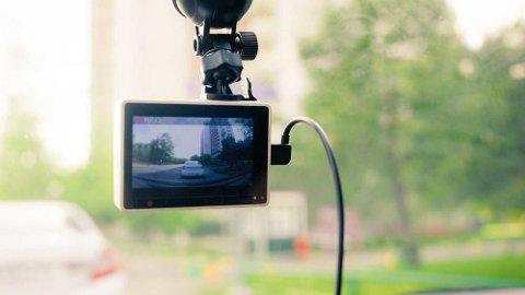 Et dashcam er et lite kamera som filmer det som skjer foran bilen. Og det kan være gull verdt å ha i flere sammenhenger.