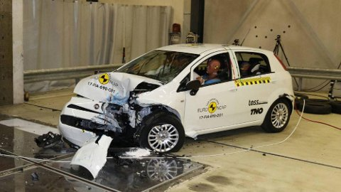 Det var ikke akkurat god PR da Fiat Punto endte med null stjerner i krasjtest hos Euro NCAP i fjor. Nå dropper Fiat denne modellen. Foto: Euro NCAP.
