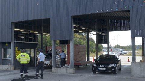 Foretakskontrollørene ved Svinesund kontrollstasjon (bildet) oppdaget at to polske sjåfører hadde meldt sine sjåførkort tapt og fått nye tilsendt fra sitt hjemland. Dermed fikk de også muligheten til å omgå reglene for kjøre- og hviletid.