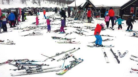 IKKE GJØR DETTE: Det er ofte litt kaotisk når man skal leie ski, men bruk noen minutter på å forhøre deg om skileie-forsikring. Det kan spare deg for tusenvis av kroner hvis de blir stjålet eller skadet.