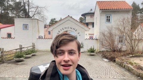 DRØMMEJOBB: Erlend Bae fra Re sover en hel sommer i hengekøye for å jobbe i Dyreparken i Kristiansand. Her er han på vei ut i skogen etter jobb.