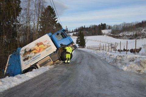 Svært glatt: Søppelbilen skled ut av veien i går.
