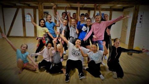 13 unge fra 4. til 10. trinn deltok på Danseburets sommerskole.