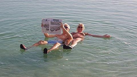 Da ekteparet Anne Marit og Olav Strøm fra Enebakk reiste på tre ukers ferie for å bade i Dødehavet fikk ukens Enebakk Avis bli med.
