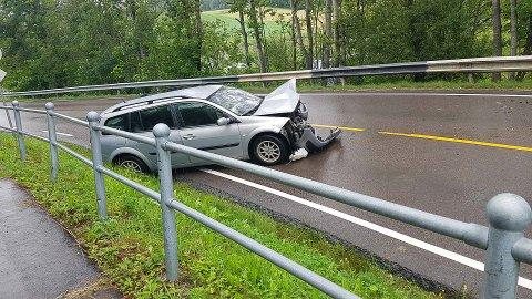 Det er to personbiler involvert i ulykken.