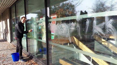 """KEBABSKRIFTEN PÅ VEGGEN: Kinosjef Martin Øsmundset rykket ut i helga for å vaske vekk ordet """"pikk"""" som noen har skrevet på vinduene til Ås kulturhus, med det Øsmundset tror er kebabrester."""