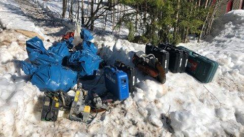 TYVEGODS: På en av mobilene fant politiet posisjonsdata som førte dem til et skogholt ved Audenbølveien i Kråkstad der stjålet verktøy var lagret.