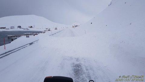 Uklart når veien åpner: Man vil ikke åpne veien igjen før man anser området som sikkert. FOTO: Roar Nilsen
