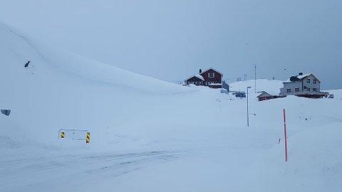 Stengt vei: Her går veien opp til de tre husene i Vannverkveien. Den er stengt på grunn av rasfare. FOTO: Meba Bær Andreassen